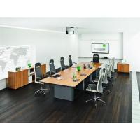 großer Konferenztisch mit Drehstühlen / Sessel