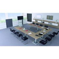 Konferenztisch in U-Anordnung mit Medienwand